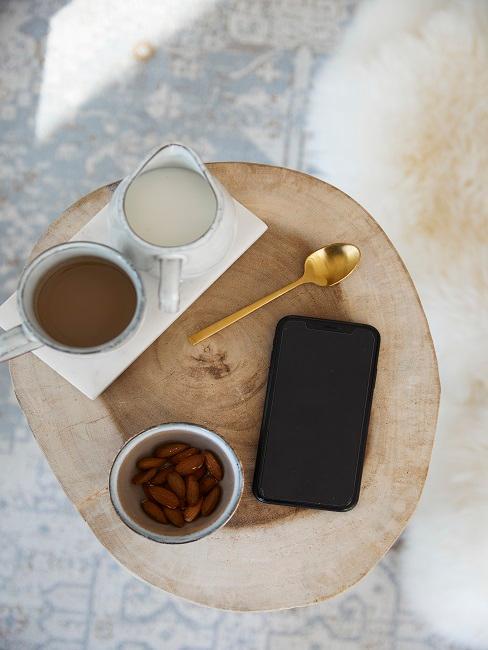 Iphone mit Nüssen, Kaffee und Milch auf Holzstamm