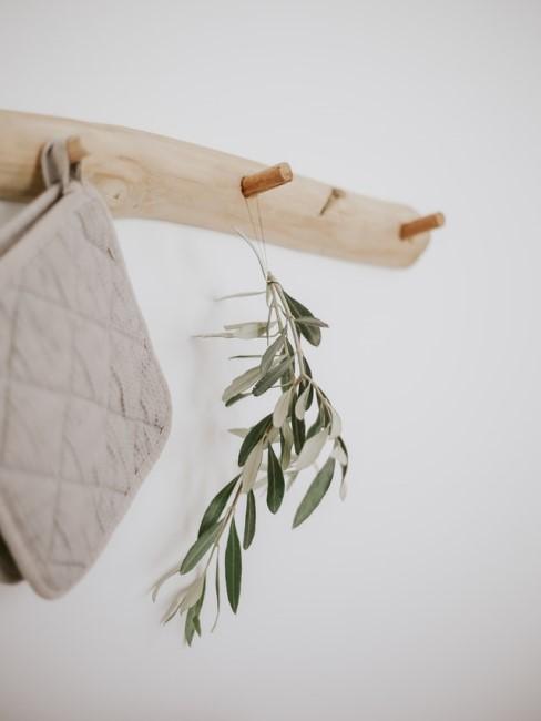 DIY Garderobe aus einem Holzbrett