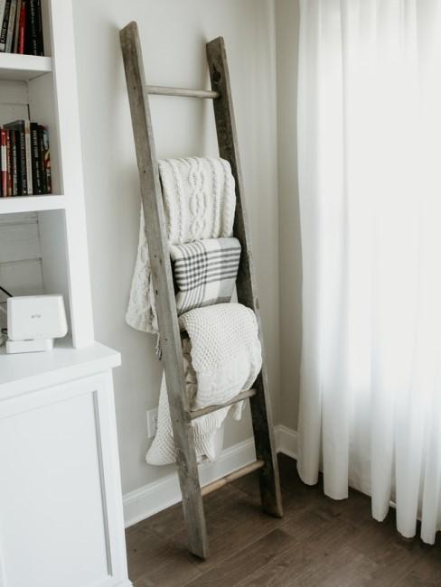 Holzleiter als Handtuchhalter