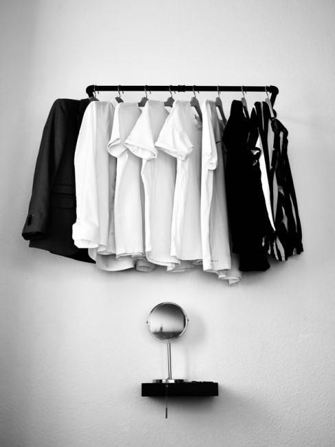 Stylische Garderobe selber bauen mit Metallrohren