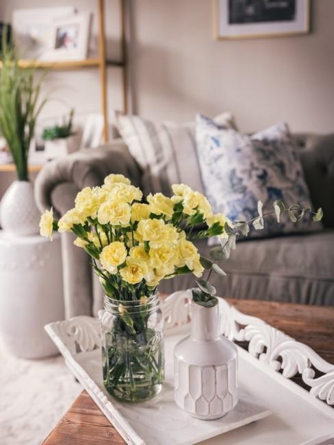 Gelbe Blumen stehen im Landhaus-Wohnzimmer