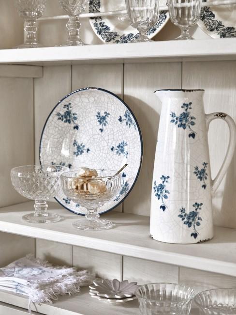 Blaues Blumenmuster auf dem Geschirr
