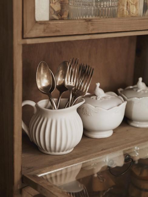 Küchenschrank mit Geschirr