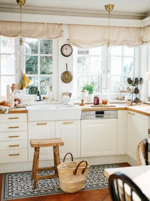 Küche im Landhausstil in Weiß