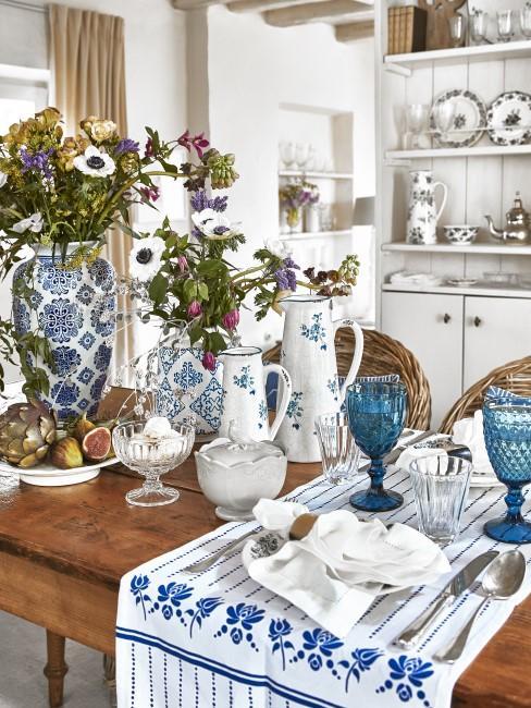 Tischdeko in Blau und Weiß
