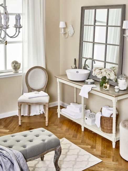 Wohnzimmer in Weiß, Grau und Beige