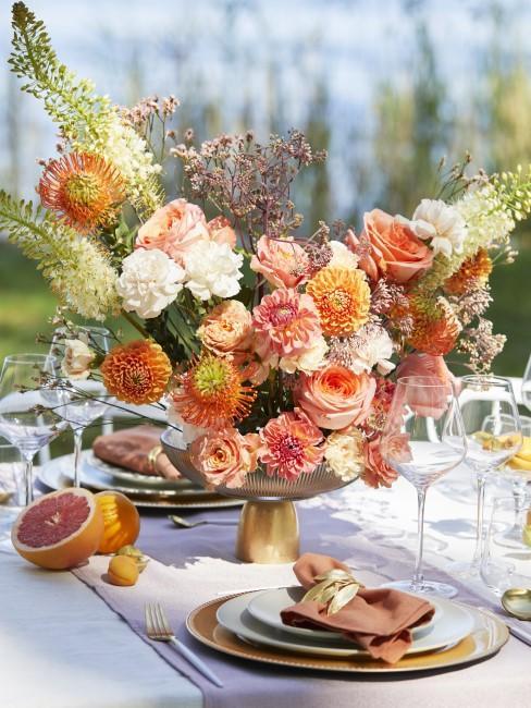 schöne Blumen als Tischdeko