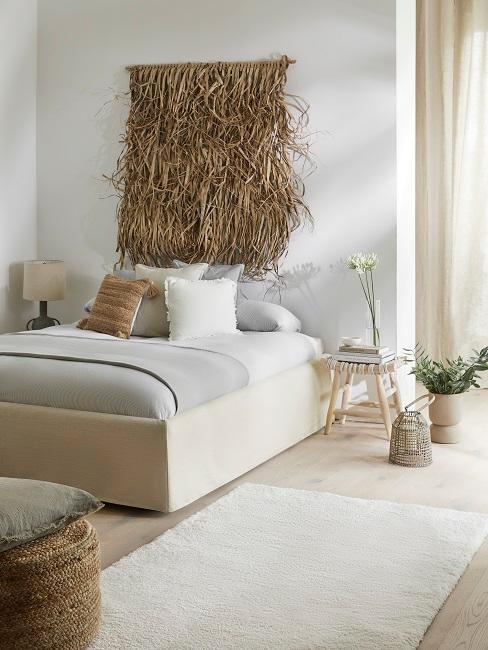 Schlafzimmer mit großem Seegras-Wandschmuck