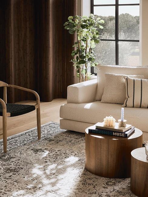 Wohnzimmer mit dunklem Holz und exotischen Teppich