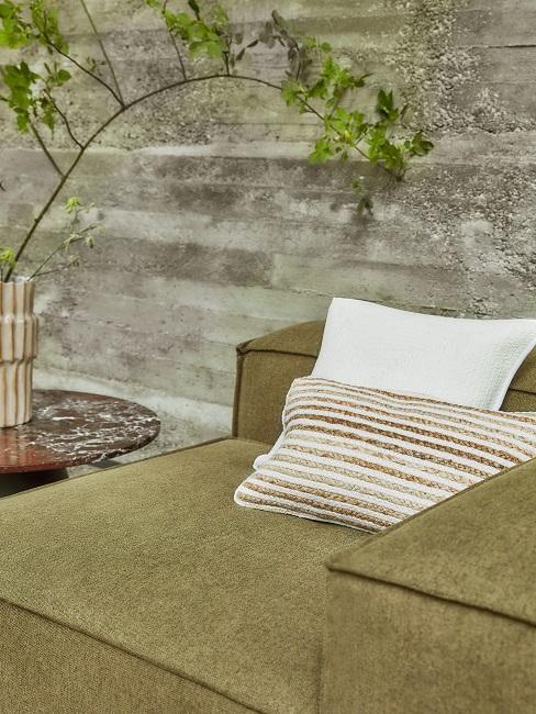 Kaki farbene Couch mit hellen Kissen