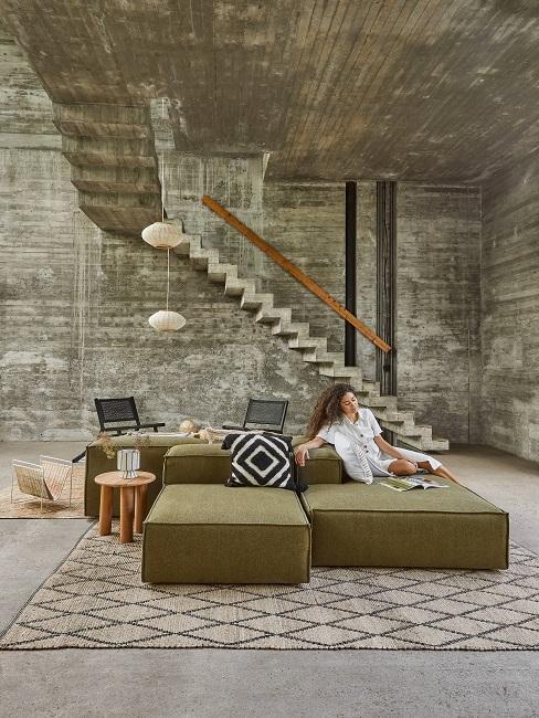 Wohnzimmer mit einer Couch in Kaki und verschiedenen Kissen mit Mustern