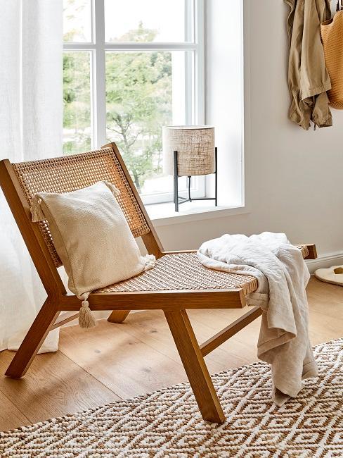 Lounge Chair aus Holz mit weichen Kissen
