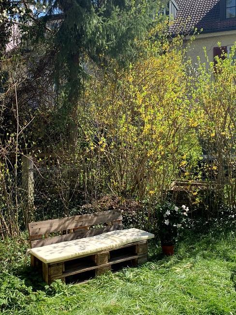 Palettensofa mit Sitzpolster im Garten