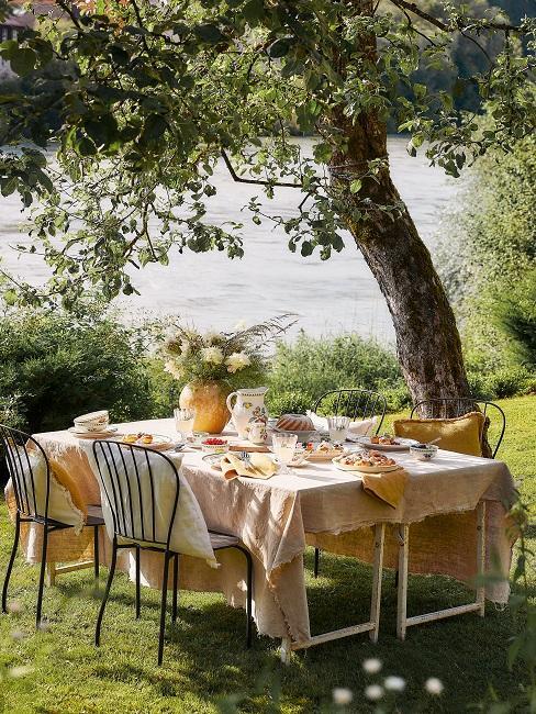 Gedeckter Tisch unter einem Baum