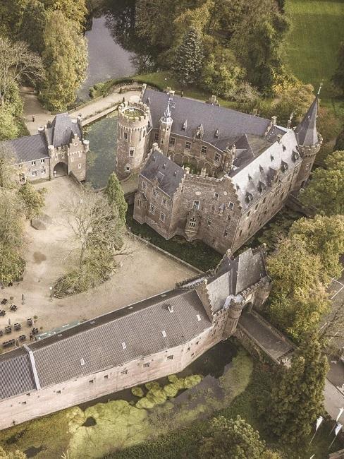 Hochzeitslocations Weddyplace vertraeumtes Schloss Ansicht oben