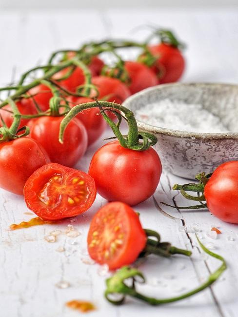 Tomaten auf einem Tisch mit einer Salzschale