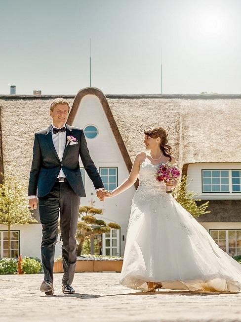 Hochzeitslocation Weddix Severins Hotel Brautpaar Aussenansicht