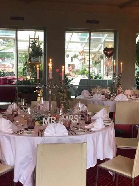 Hochzeitslocations Walliser Hof Tische Deko