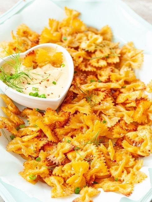 Pasta Chips mit Dip auf einem Teller