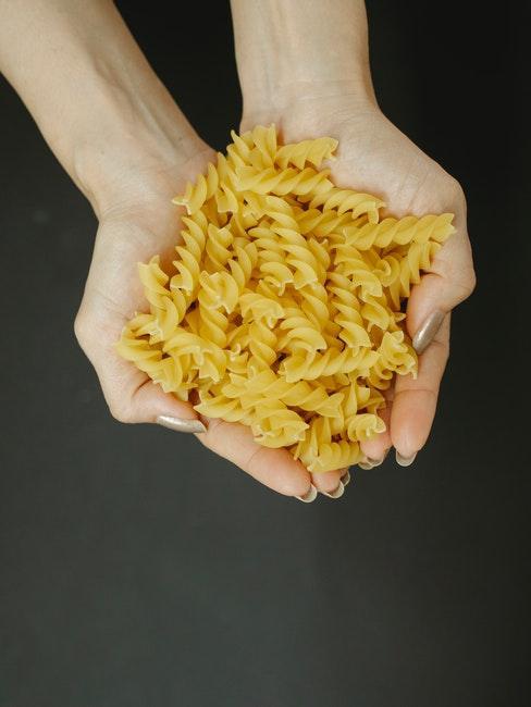 Fussili Pasta in der Hand