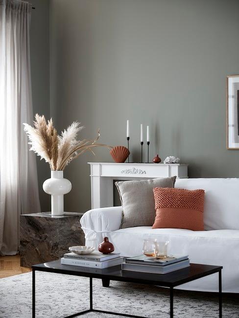 Dekorative Vase mit Pampasgras im Wohnzimmer
