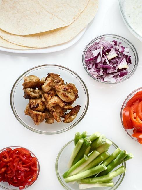 Lauch, Paprika, Tomate, Zwiebel und Fleisch in Schälchen