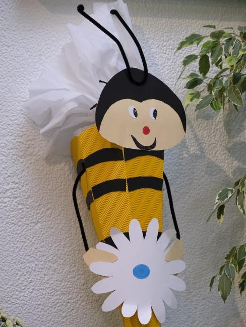 Schultüte basteln mit Bienenmotiv