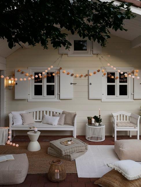 Gartenhaus mit Lichterkette als Stimmungsgeber