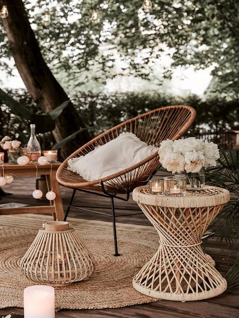 Gemütlicher Sessel draußen mit Lichterketten als Deko