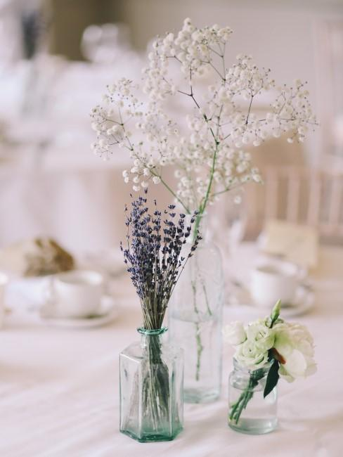 Lavendelsträußchen in Vase als Tischdeko bei Hochzeit
