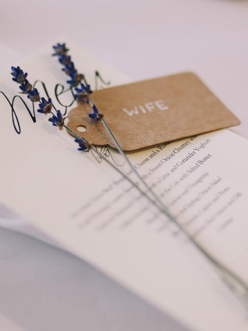 Lavendelzweige auf Menu mit Platzkärtchen bei Hochzeit