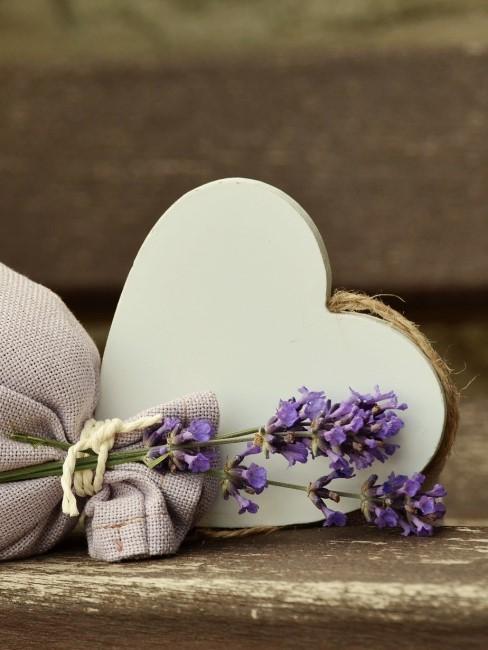 Lavendel Deko mit Herz und Duftsäckchen als Geschenk