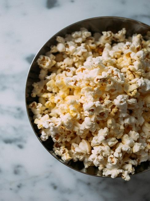 Schale mit Popcorn
