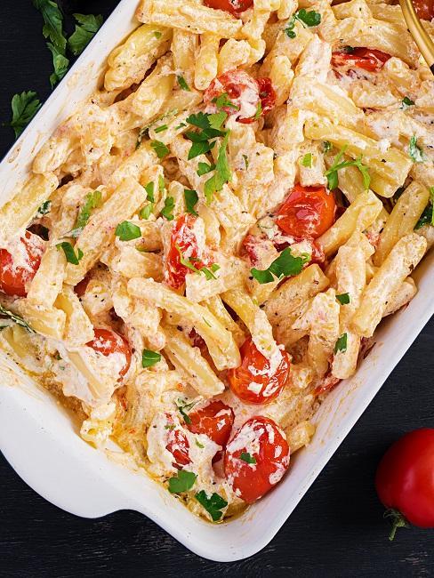 Feta Pasta mit Tomaten in einer Auflaufform