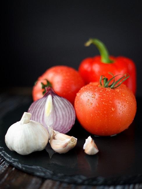 Tomaten eine Zwiebel und Knoblauch