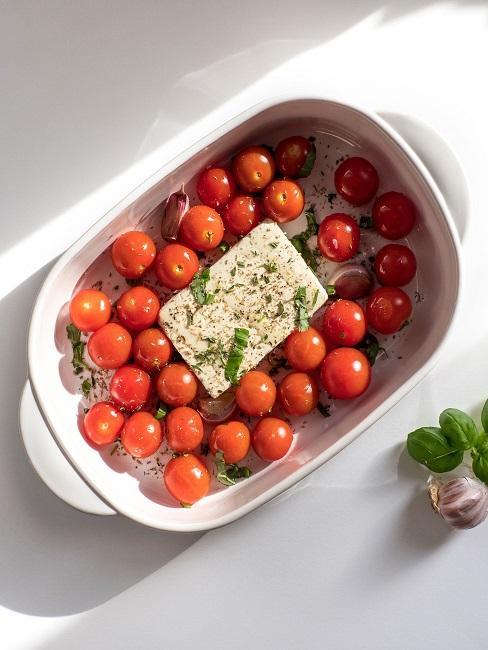 Feta mit Tomaten in einer Auflaufform