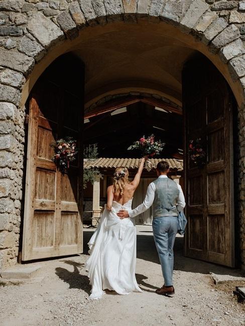 Hochzeitslocations Martin Fett Martinredet Provence Brautpaar aussen