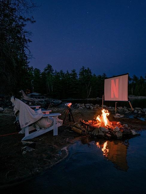 Romantische Atmosphäre an einem Lagerfeuer mit Leinwand