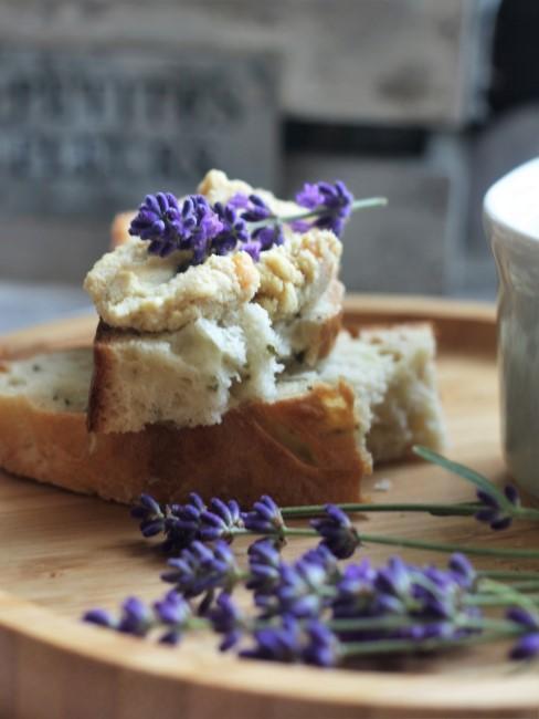 Lavendel auf Holztablett mit abgebrochenem Brot