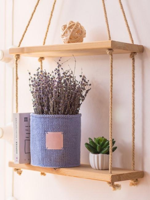 Lavendel mit lila Korb in hängendem Holzregal