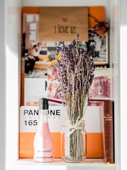 Getrockneter Lavendelstrauß im Regal