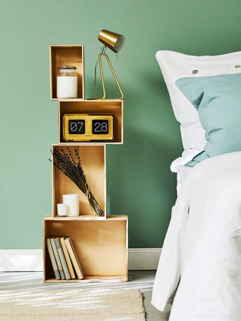 Getrockneter Lavendelstrauß neben dem Bett