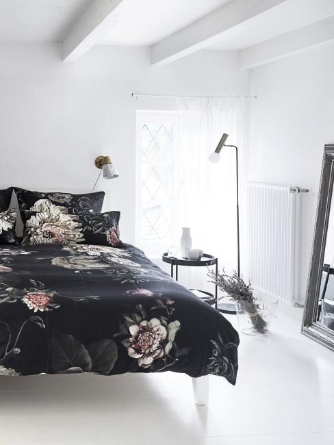 Schlafzimmer mit Bett und Lavendel