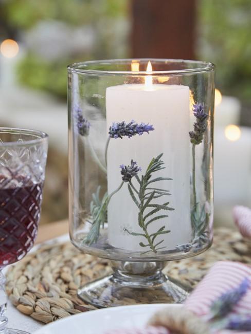 Lavendel in einem Glas mit Kerze