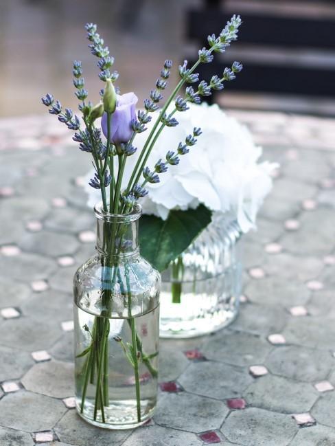 Lavendel mit einer lila Blume in einer Vase