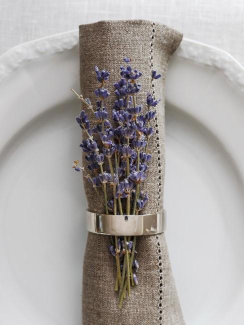 Serviette mit Serviettenring und Lavendel