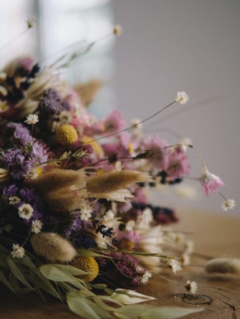 Schöner Trockenblumenstrauß mit Lavendel