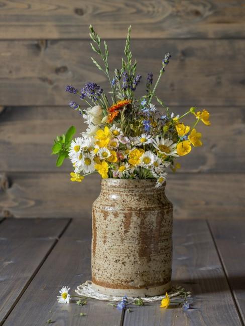 Blumenstrauß mit Lavendel in einem Blumentopf