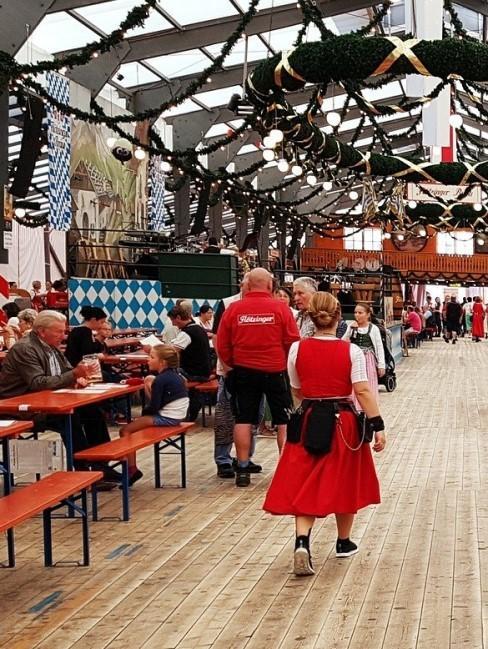 Bierbänke im Bierzelt als Inspiration für Oktoberfest Party