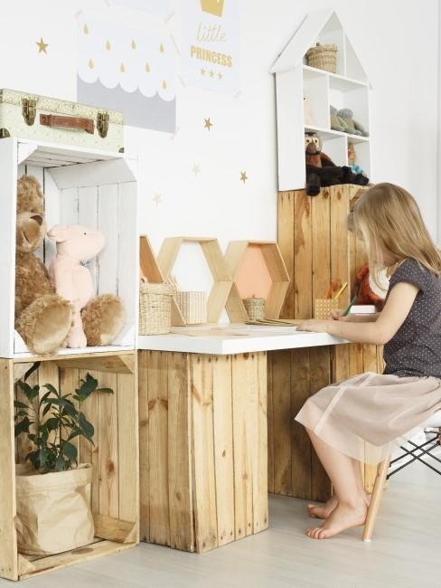 Schreibtisch für Kinder aus Holzkisten